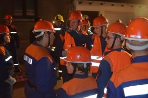 Die Gruppenführer (in Orangen Westen!!) Silas Fleckner (Bildmitte) und Patrick Maul (rechts daneben) geben ihren Teams beim Garagenbrand Anweisungen